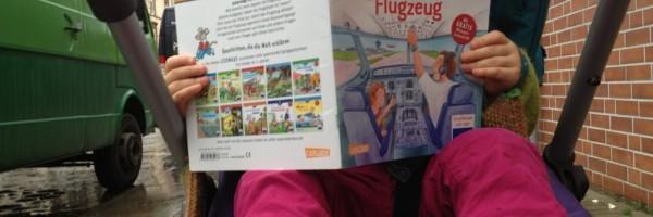 """""""Unterwegs im Flugzeug"""" –lässt sich aber auch unterwegs im Kinderwagen drin blättern…"""