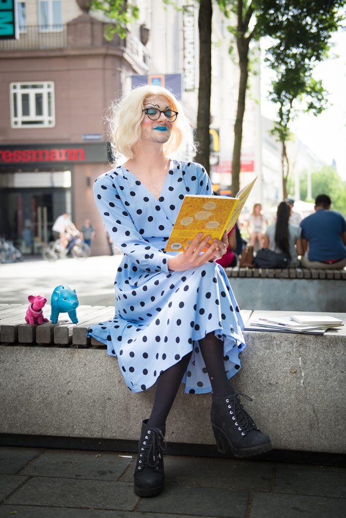 Eine Drag Queen liest Kinderbücher auf der Mariahilfer Straße in Wien.
